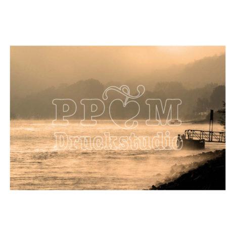 Bild in Sepia am Fluss mit Bergen im Hintergrund